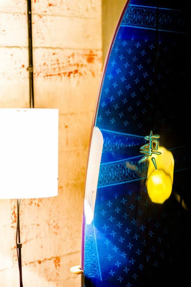 Zoom sur l'effet tissu de soie Surf Designs, impression bandana et mélange résine teintée !